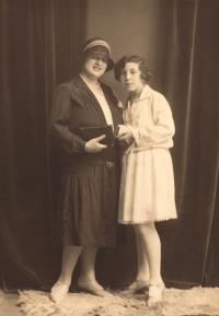 Josefa Vyškovská (maminka) s tatínkovou sestrou Vlastou Glinzovou (roz. Vyškovskou)