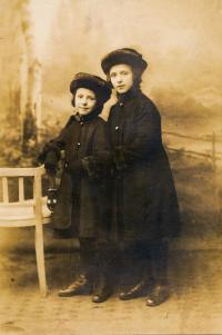 Josefa Vyškovská (maminka, roz. Roubalová) se sestrou Miladou, 1918.