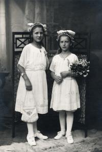 Josefa Vyškovská (mother) with her sister Milada, 1918