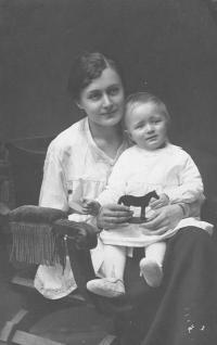 Natáliina matka se starším synem Rafaelem
