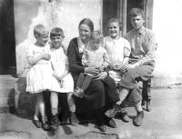 Teta Aňa s dětmi v Rusku (za války šla pěšky z Ruska do Protektorátu)