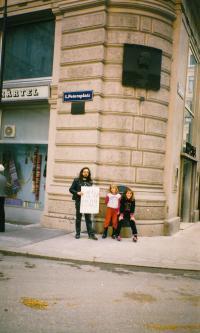 Vídeň, 8. 10. 1989, Karel Havelka s dětmi přátel na demonstraci, kam přišlo 5 lidí