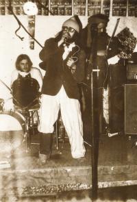 Karel Havelka, frontman skupiny Hymen and deflorace band, 1979