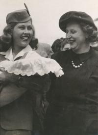 1946 - v náruči letušky při otevírání linky Praha - New York, s maminkou
