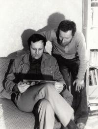 Václav Mezřický (vlevo) s Jiřím Weisem, bývalým příslušníkem StB, rok 1969