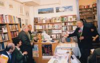 """Václav Mezřický (vpravo) při křtu knihy """"Perspektivy globalizace"""", ca 2011"""