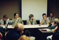 Václav Mezřický (vlevo) na univerzitě v Berkeley při přednášce, 1989/1990
