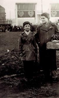 Ivan s maminkou na Matějské pouti, Praha asi 1957