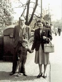 Rodina Bukovských na procházce, Praha asi 1953