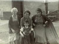 Zleva: teta Hermi, Mariana Bukovská s Ivanem, teta Irča, asi 1953