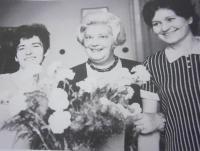 Ludmila Janská s kolegyněmi dramaturgyněmi MDP, asi 1970. Zleva: Ludmila Janská, Mojmíra Janišová, Alena Kožíková.