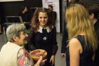 Žákyně ze ZŠ nám. Svobody předávají dárek paní Janské, únor 2017
