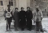 Zdenka Bartošová s maškarami v Končenicích