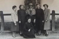 Zdenka Bartošová s maškarami v Končenicích (2)