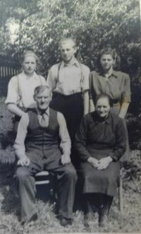 Prarodiče Bartošovi s dětmi