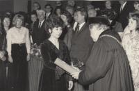 Helena Nosková vlevo, promoce