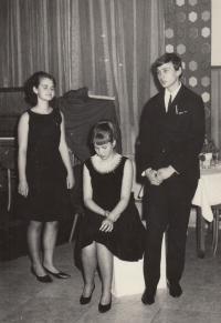 Helena Nosková studentka uprostřed