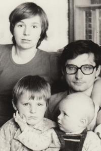 Helena Nosková s manželem Jiřím a dětmi, 1982