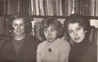Helena Nosková uprostřed, studentská léta