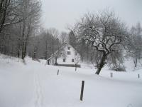 Tento dům zůstal jako jediný stát v části Nýznerova, která byla v roce 1962 srovnána se zemí- je asi 3 km od Nýznerova-2011