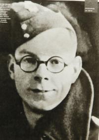 Chris Ayres - britský zajatec, který za války pracoval v zajateckém táboře v Nýznerově a ošetřil po zranění  srpem Vilmu Hadwigerovou.