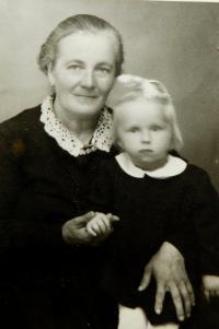 Matka Anna Hadwigerová s vnučkou