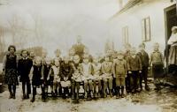 Obecní škola v Nýznerově za války. Vilma Hadwigerová sedící  čtvrtá zprava.