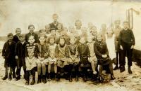 Obecní škola v Nýznerově za války. Vilma Hadwigerová sedící  druhá zprava.