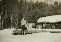Sestra Anna před pilou v Nýznerově