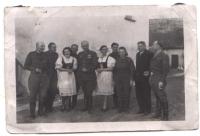 Zleva dr. Procházka, pluk. Lomský, neznámá, Beran, gen. Svoboda, neznámá, Jaroslav Procházka, Pištová, farář, pluk. Novák (Luck, 1944)