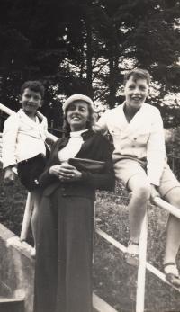 Hanuš and Štěpán Gaertner with their mum Edita, 1934