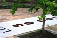 """Bandera """"30.000 detenidos-desaparecidos"""" en frente del Club Atlético (Buenos Aires)"""