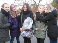Dívčí tým ze ZŠ Emmy Destinnové v Praze 6, který zpracoval vyprávění paní Králové v rámci projketu Příběhy našich sousedů