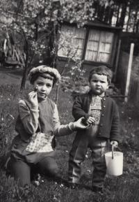 se sestrou Radkou na chatě 1970