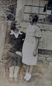 Božena Palková (matka) s dcerou Miladou v obci Bohdan na Podkarpatské Rusi