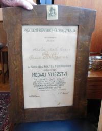 Diplom k medaili vítězství otce Františka Palky