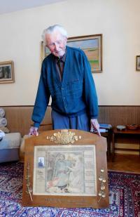 Jaroslav Palka with a commemorative certificate for legionaries from his father František Palka