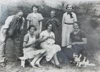 Manželky členů finanční stráže v obci Bohdan na Podkarpatské Rusi