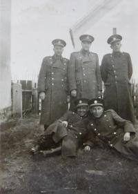 Otec s kolegy z finanční stráže v obci Bohdan na Podkarpatské Rusi