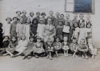 Žáci české obecní školy v obci Bohdan na Podkarpatské Rusi.