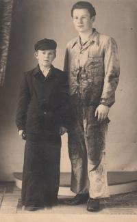 Jaroslav Hrubeš 13 let - čerstvý učeň, bratranec JIří Šebesta 18 let