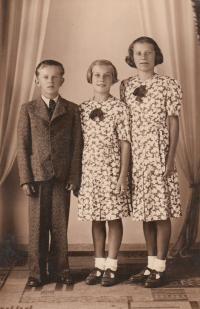 Jaroslav, sestra Marie, sestřenice