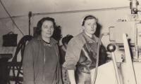 vpravo manželka Vlasta Hrubešová, brigáda, brusička v továrně v Karlíně
