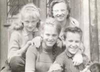 Se sourozenci (uprostřed)