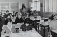 Jarmila Šulcová jako učitelka ve škole