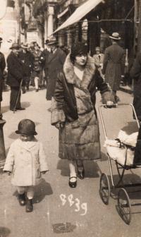 S maminkou v Ostravě, cca 1928
