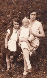 S maminkou a sestrou Marianou, 1931