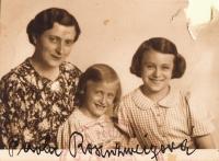 S maminkou a sestrou Marianou, 1939, pasová fotografie