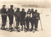 S přáteli, lyžování, 1940, VI třetí zleva