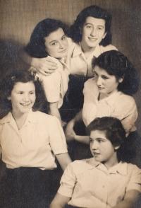 S přítelkyněmi: Michal Efrat (Eva Schlachet), Inka Teichner, Erika Ečka Rothová (provdaná Erika Deimlová, Věra Rosenzweig, Osti Ströbinger, Ostrava 1942